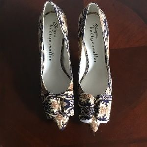 Bettye, bettye muller tan /black floral pumps, NIB